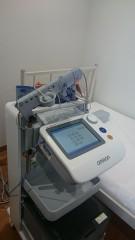 「ABI」(ankle brachial index:足関節上腕血圧比)とは、足首と上腕の収縮期血圧の比率(足首血圧÷上腕血圧)です。この検査で下肢の血管の狭窄や閉塞の程度がわかります。  「PWV」(pulse wave velocity:脈波伝播速度)とは、心臓の拍動(脈波)が動脈を通じて手や足まで届く速度のことで、動脈壁が硬くなると脈波が速く伝わることを利用して、動脈硬化の進み具合を検査します。いわゆる、「血管年齢」の検査です。